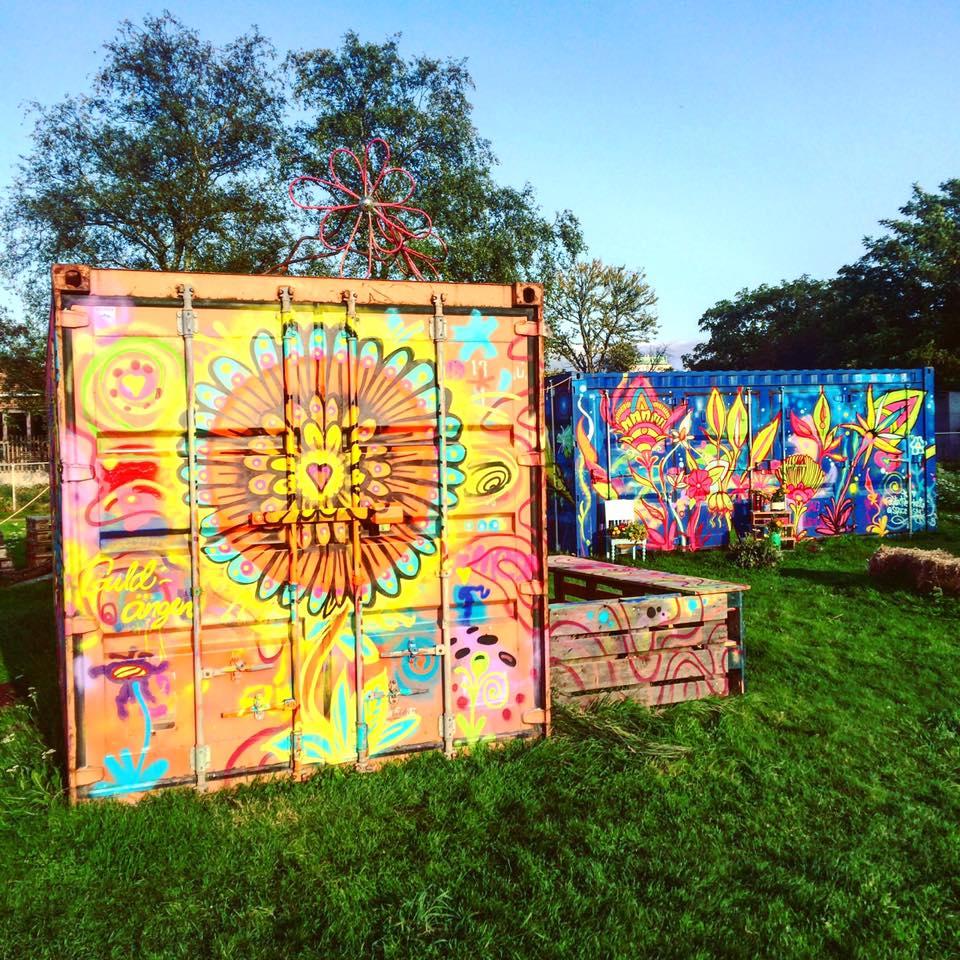 Elever från Sofielundsskolan målade containrarna på Guldängen.