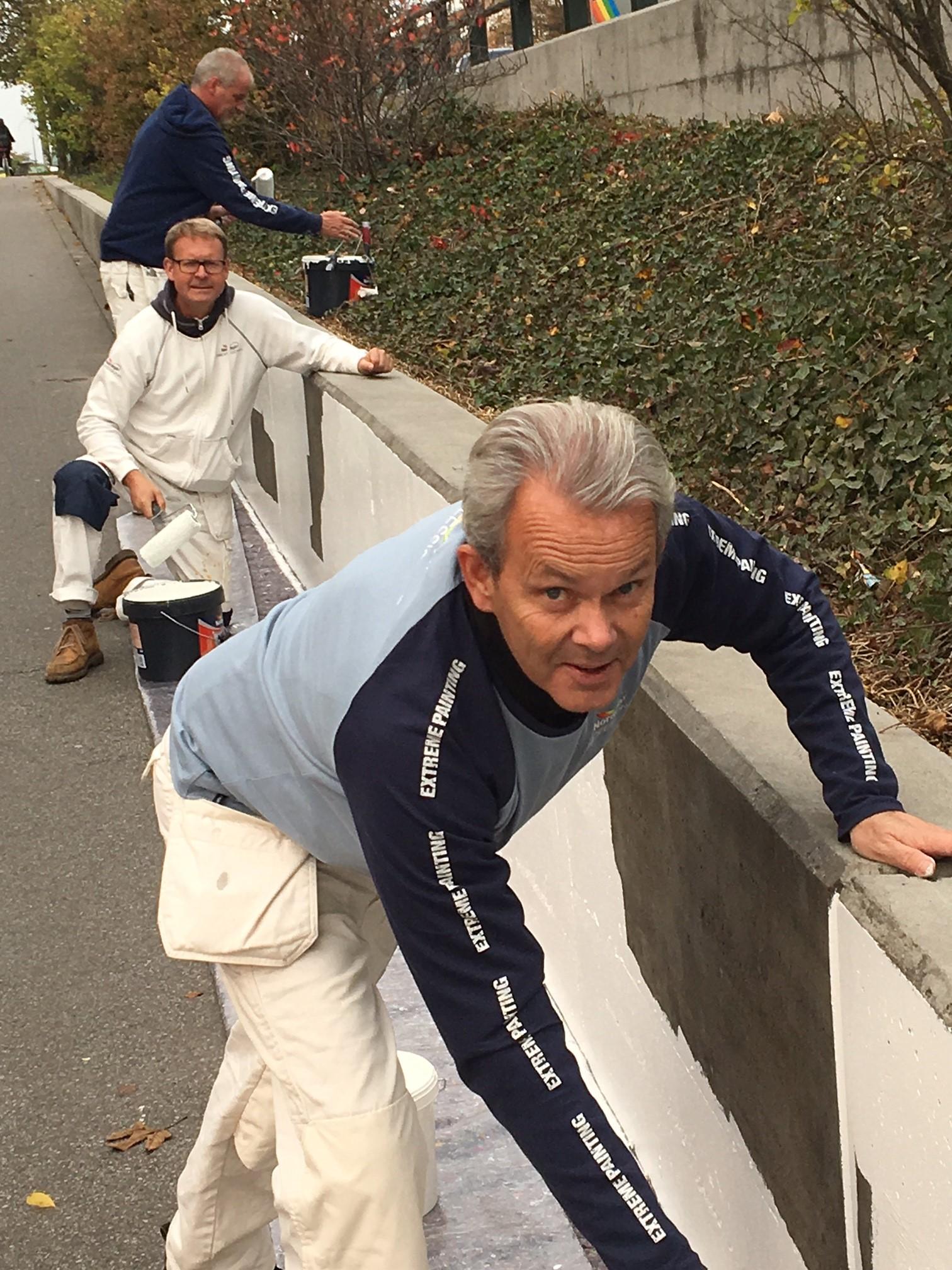 Akzo Nobel med Mikael J:son Lindhe, Per Nimer och Per Johansson som grundmålar murarna till Nobeltunneln.