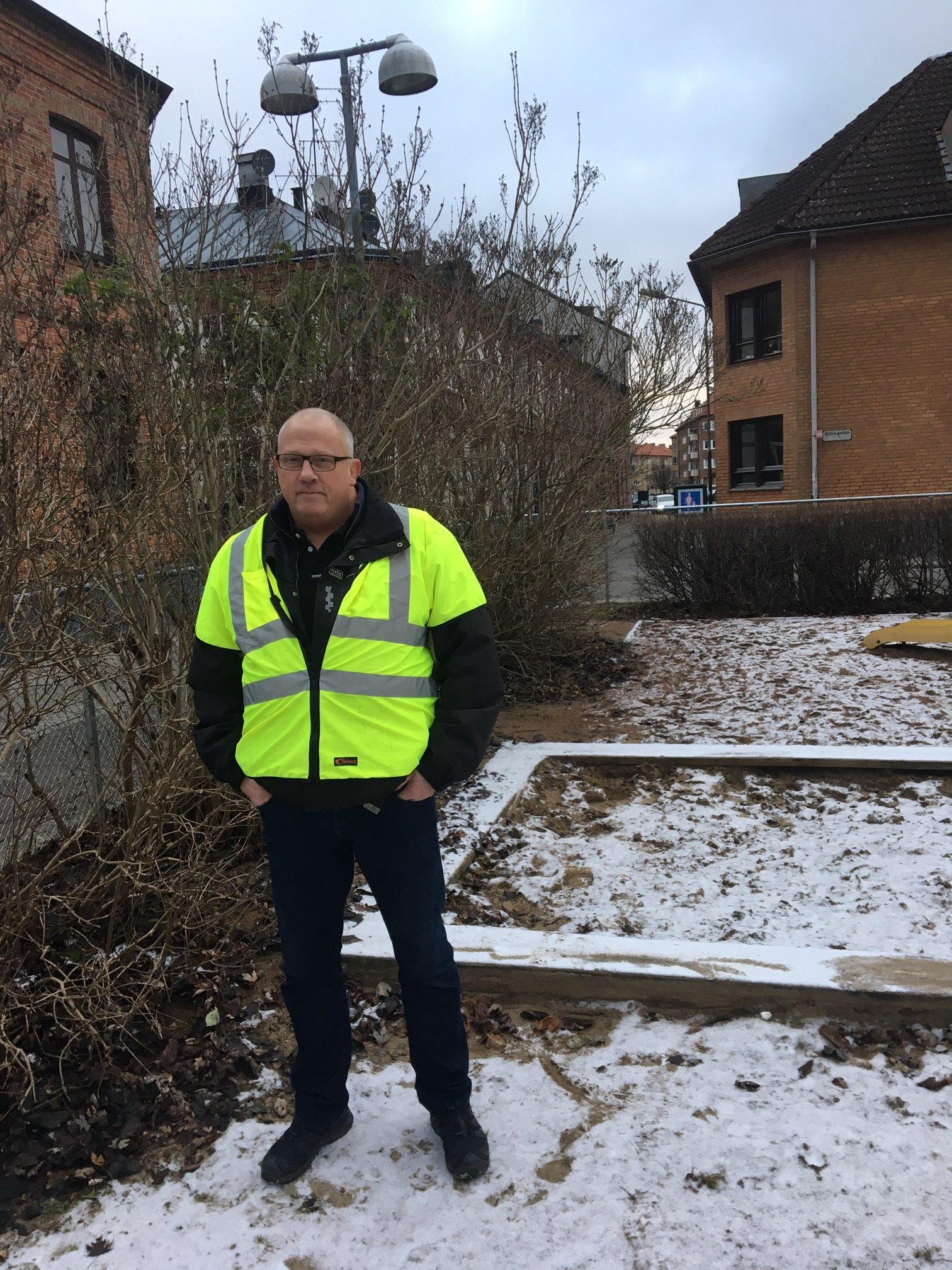 Johnny Clausson inspekterar lekplatsen vid Hasselgatan