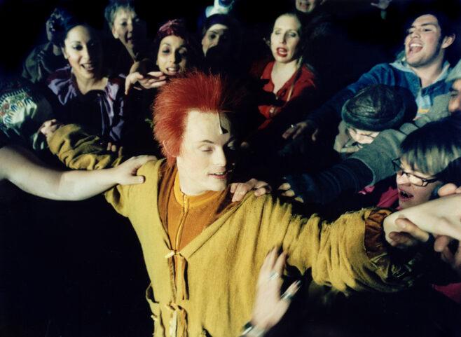 Scenbild från Moomsteaterns föreställning Speciells privilegium 2003.