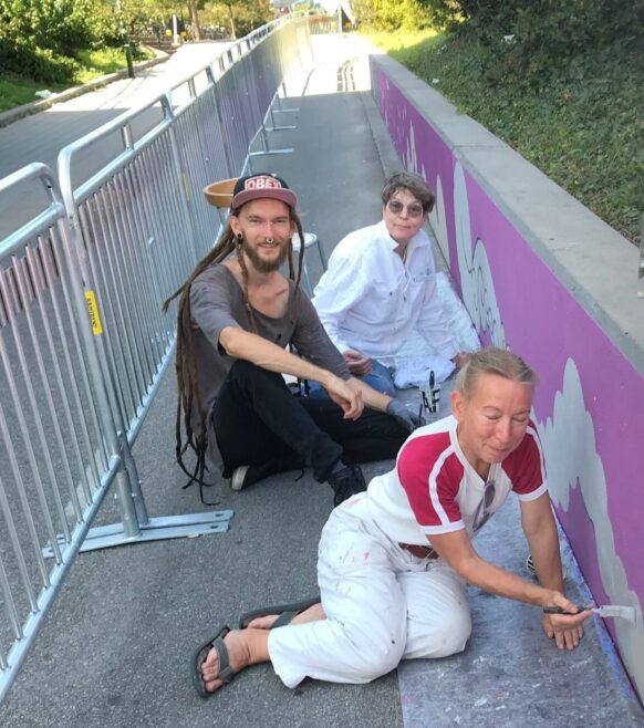 Konstnärerna Lotte Forsfält, Johnny Larsson och Miriam Norinder målar i Nobeltunneln