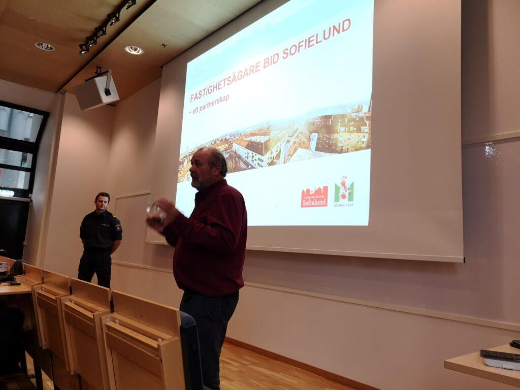 Hjalmar Falck föreläser på polisutbildningen