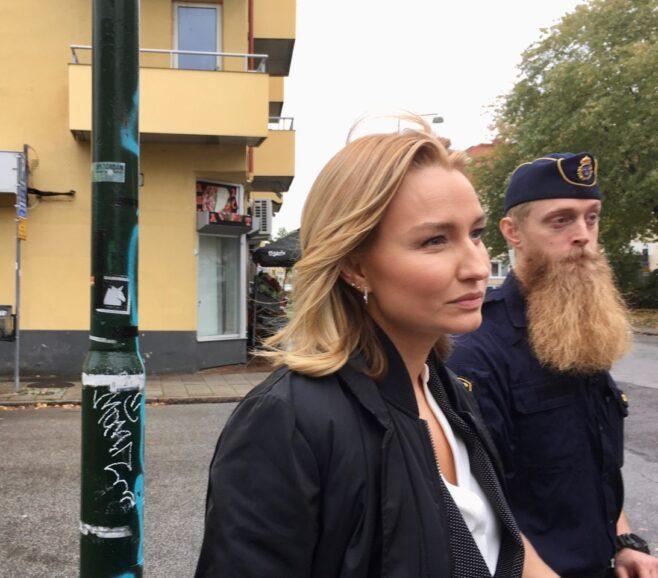 Ebba Busch Thor och polisen Petter Nilsson.